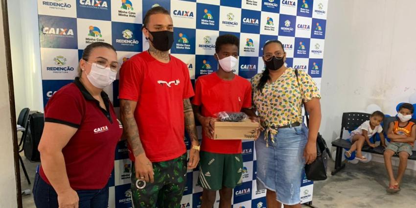 Projeto de Trabalho Técnico Social entrega kit para escolinha de futebol do Jardim Primavera