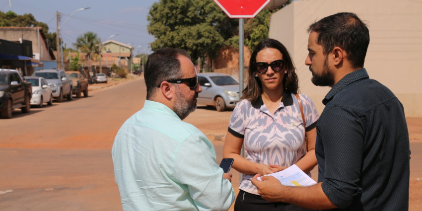 Engenheiro do Ministério do Desenvolvimento Regional vistoria vias que serão asfaltadas
