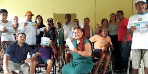 Caixa e Prefeitura entregam cartões Bolsa Família a idosos