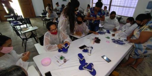 Mulheres aprendem bordados em sandálias