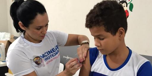 Programa Saúde na Escola realiza vacinação na Escola Valdineia Moraes