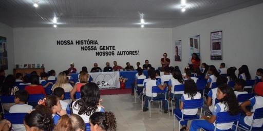 Evento literário reúne alunos e escritores de Redenção