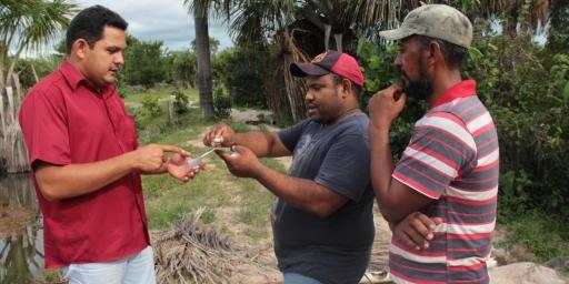 Técnicos avaliam qualidade da água de criatórios de peixes