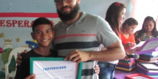 Biblioteca entrega certificados de informática para alunos do Recanto Gerações